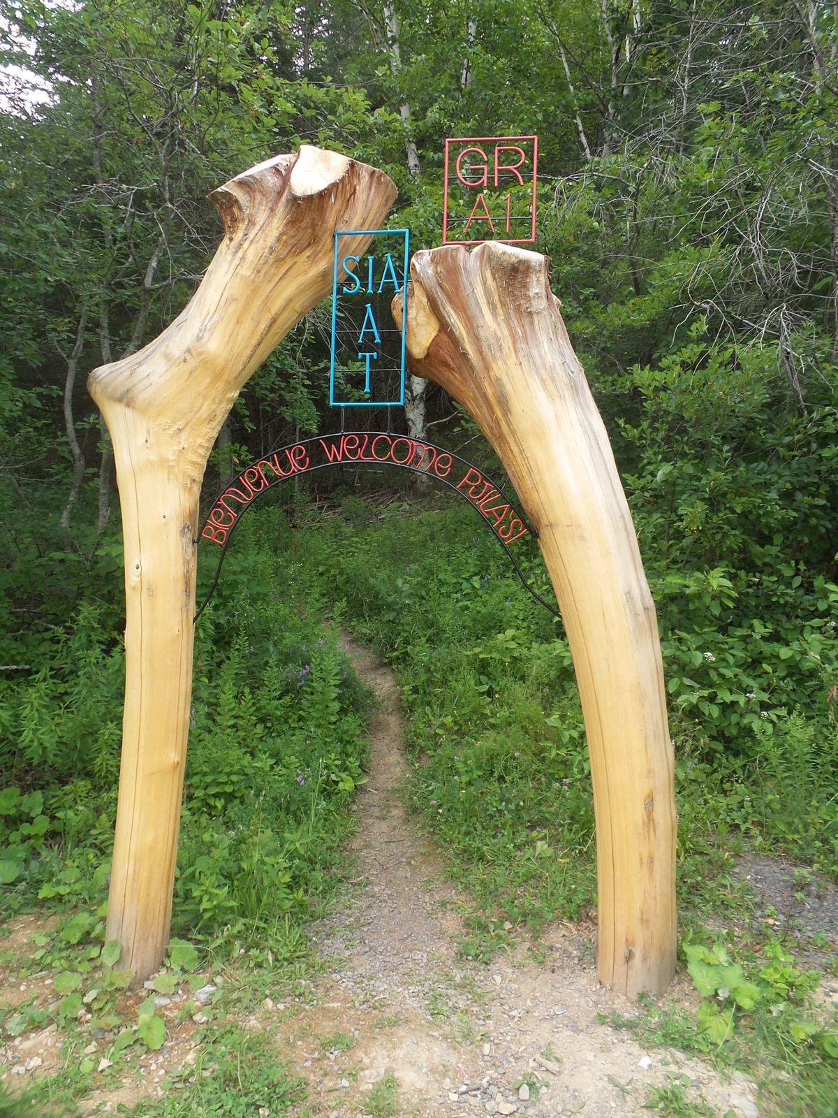 Bravo à Jessie et son équipe qui ont créé ce magnifique arche de bienvenue trilingue qui marque le début de notre randonnée!