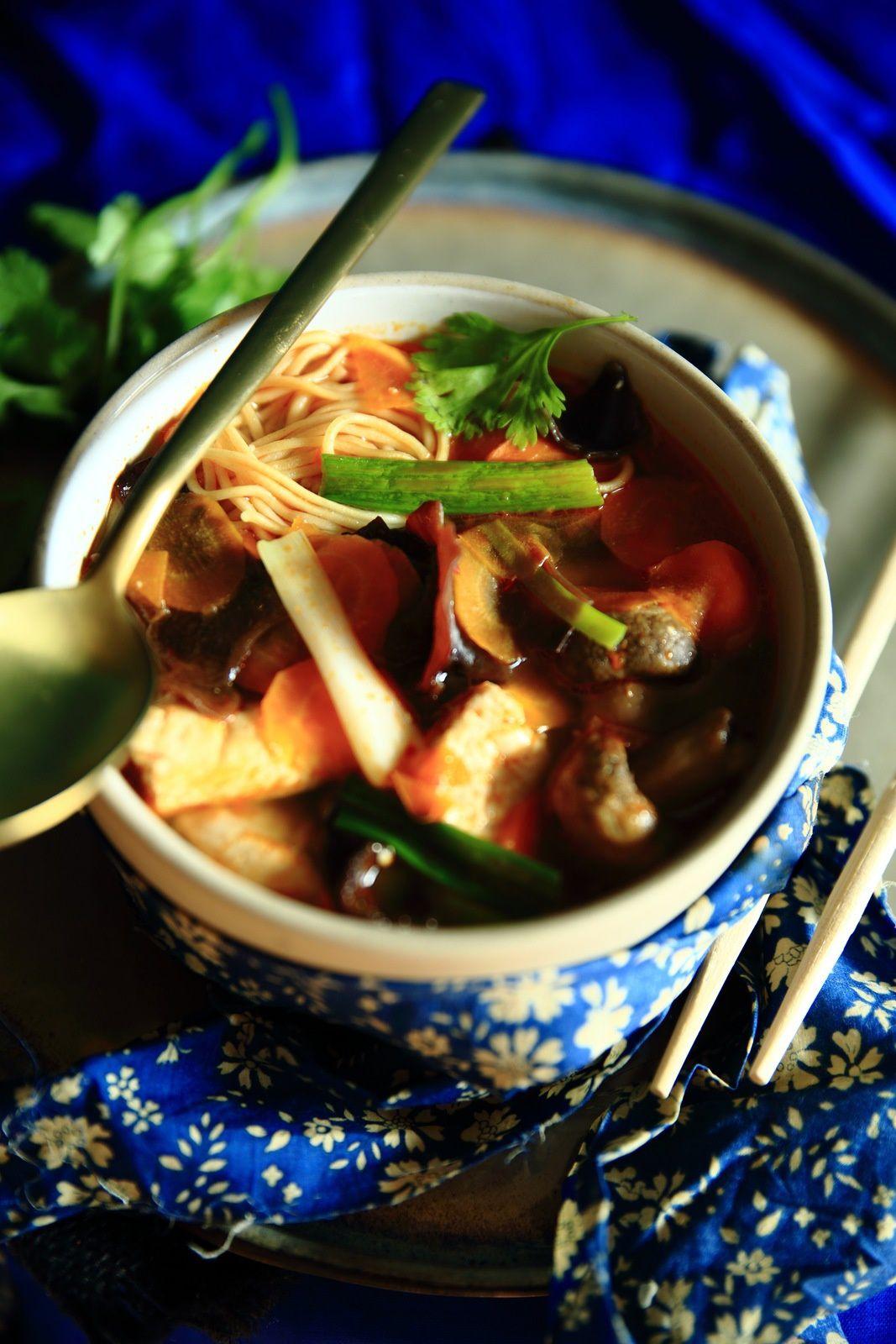 Une soupe miso aux nouilles et poulet en 5 étapes