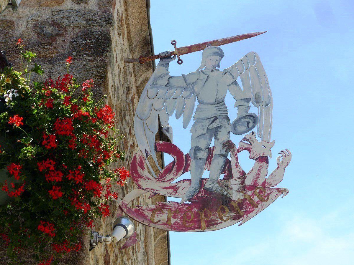 Scène de rue : Archange Saint Michel et le dragon