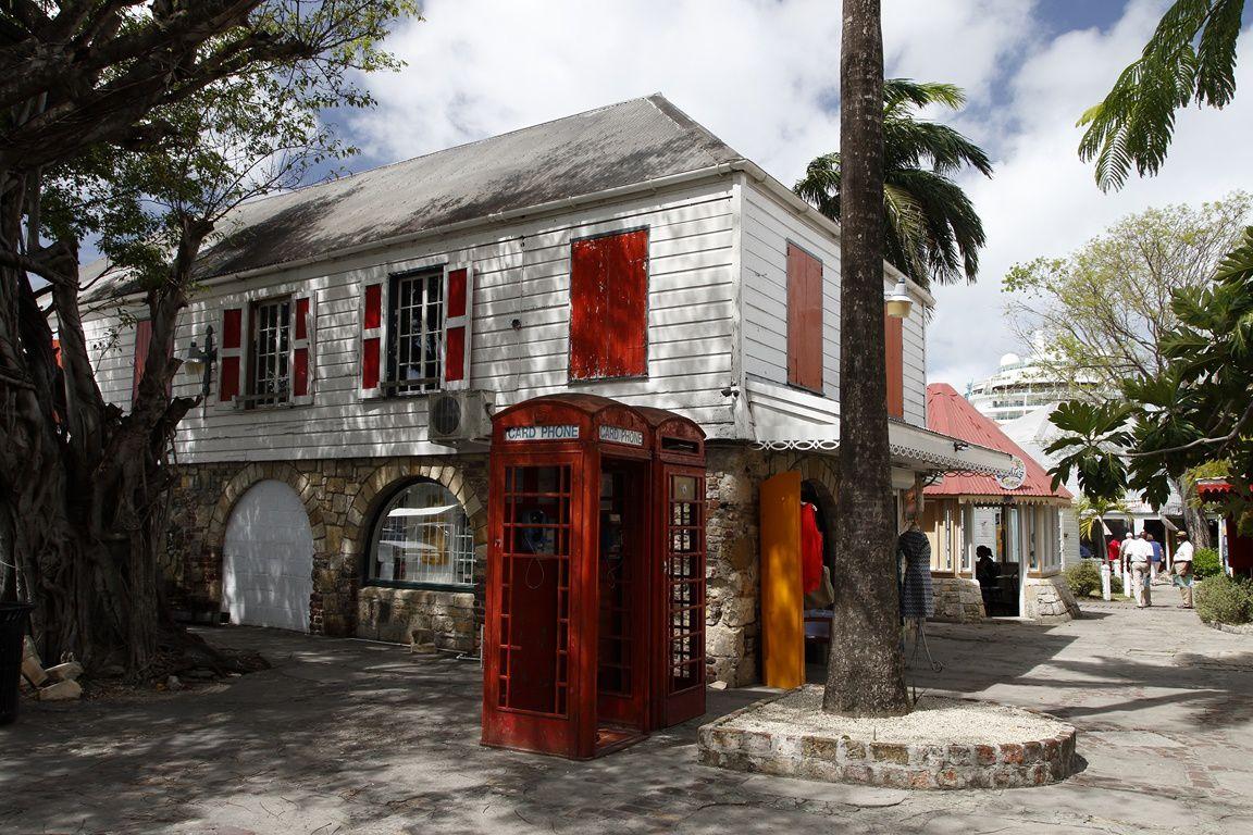 Maison et cabine téléphonique , à l'anglaise, St John's (Antigua)