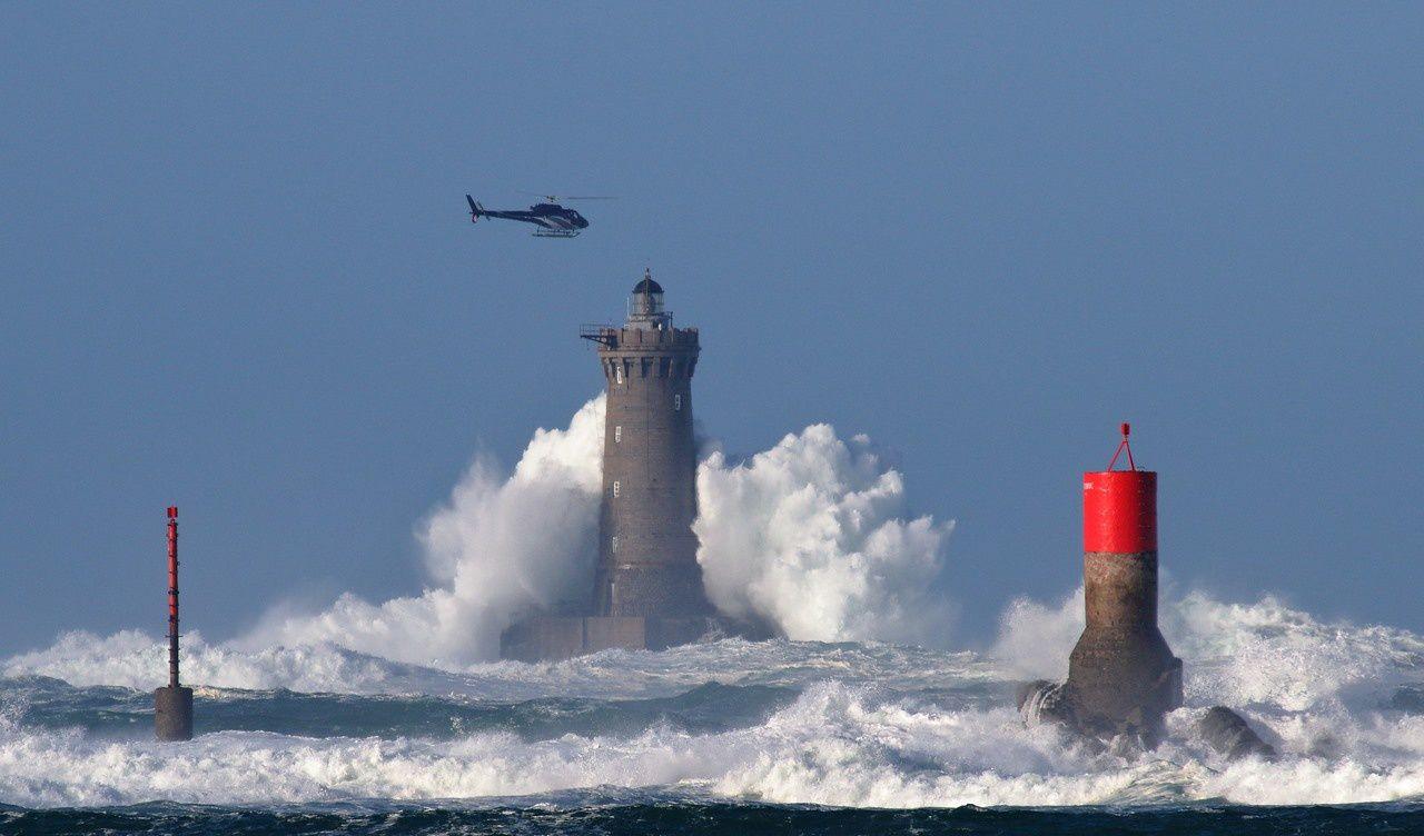 Tempête FIONN : Le phare du FOUR pris d'assaut par l'écume... et un hélicoptère qui le survole au moment du plus fort splach !!  (à priori sortie aérienne d' un photographe  ...)