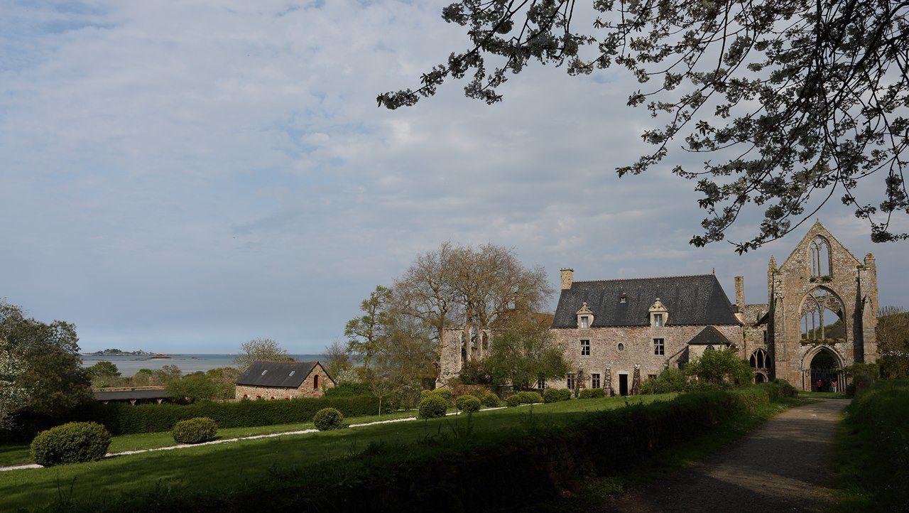 Située dans la baie de Paimpol, au milieu de vergers, l'Abbaye de Beauport est un ensemble monastique, témoin de l'architecture religieuse en Bretagne, qui date du 13e siècle (chanoines des Prémontrés). Ce lieu est également un des points de départ pour Saint Jacques de Compostelle.