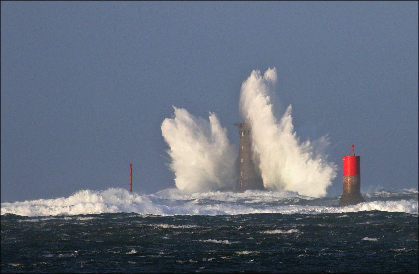 Coup de vent dimanche 9 décembre: Phare du Four et balise Brividic
