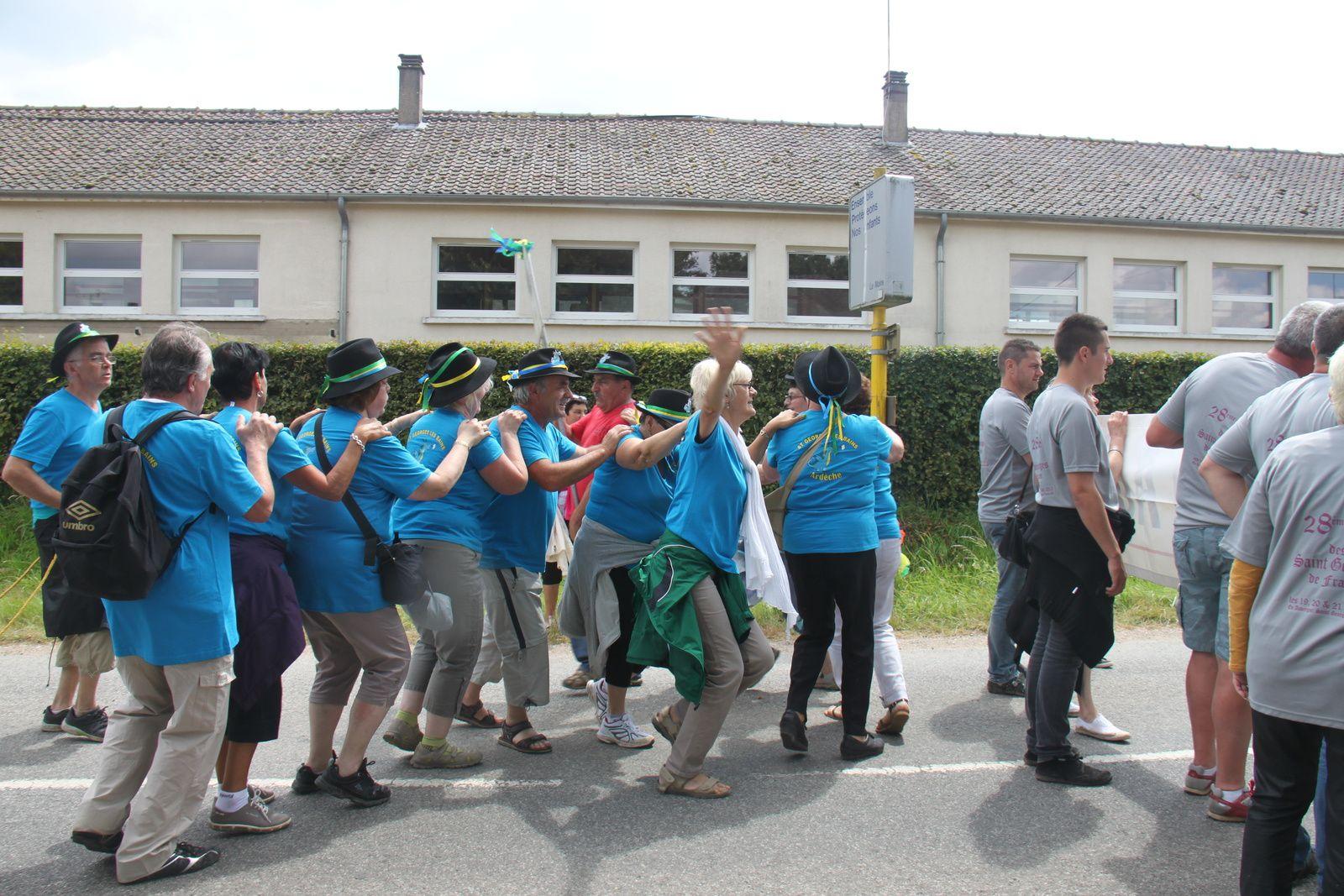 Le défilé - la remise de la coupe au club de foot de St Georges du Vièvre et le passage sur le podium
