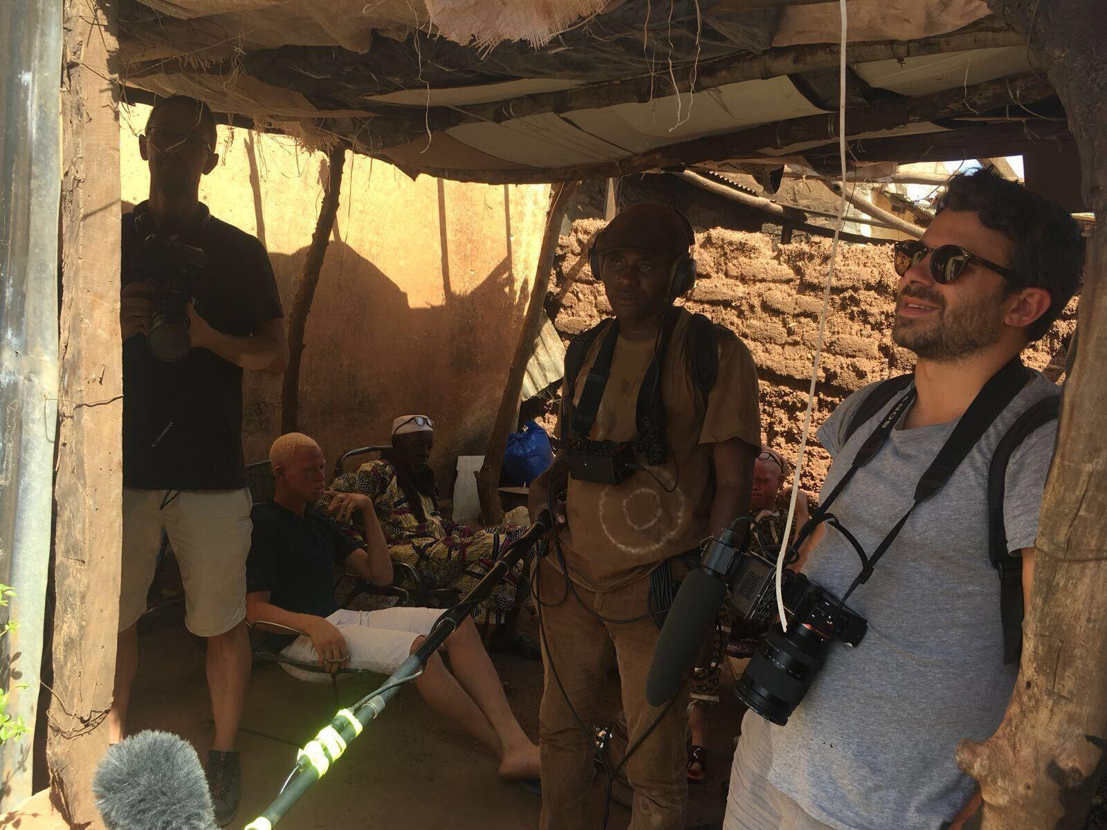 """Stéphane de Freitas (et Broulaye Coulibaly en arrière plan) sur le tournage Malien de """"Solidarité"""""""