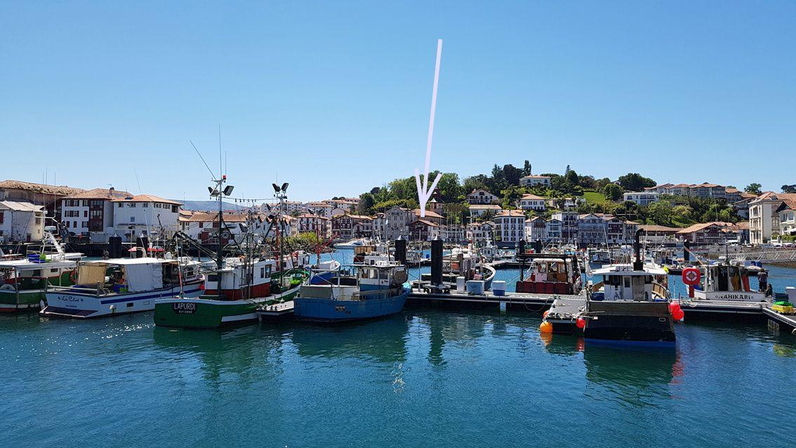 Vue sur Ciboure depuis le port de Saint-Jean-de-Luz (sous la flèche, la maison de nos hôtes)