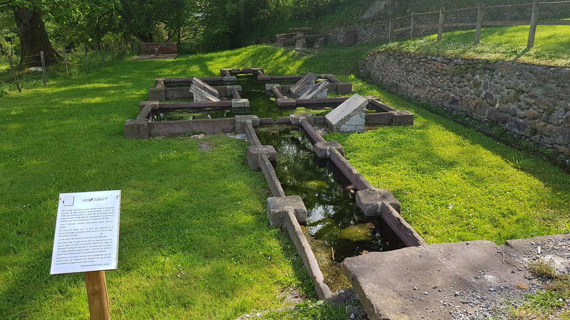 Edifié de grès rose de l'Arradoy, ce lavoir est constitué de 8 pierres de lavages. Le premier bac sert à rincer le linge