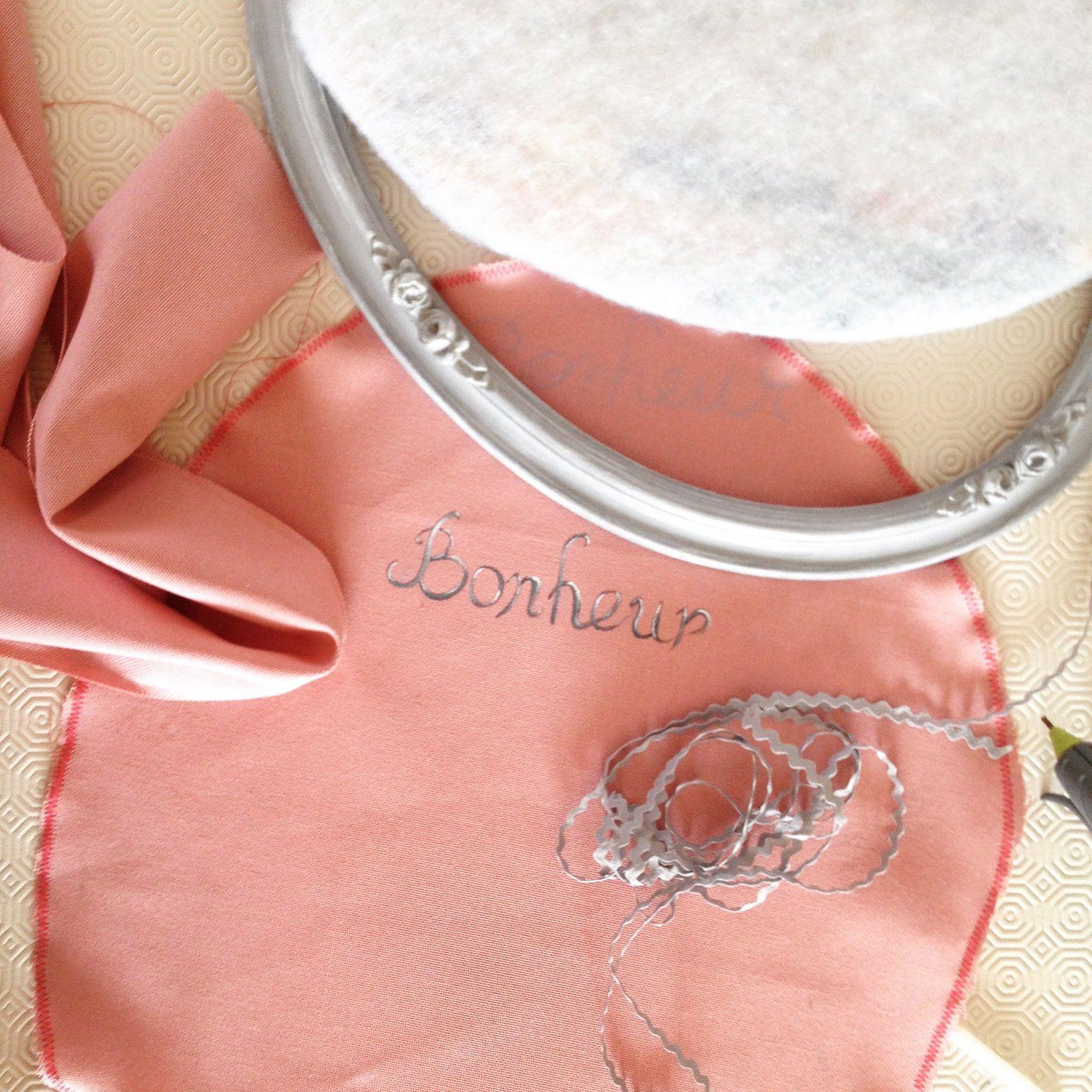 Un petit coup de ponçage, nettoyage, et peinturage plus tard ; je choisissais une toile de coton rose et un croquet gris pour réaliser mon pêle-mêle.
