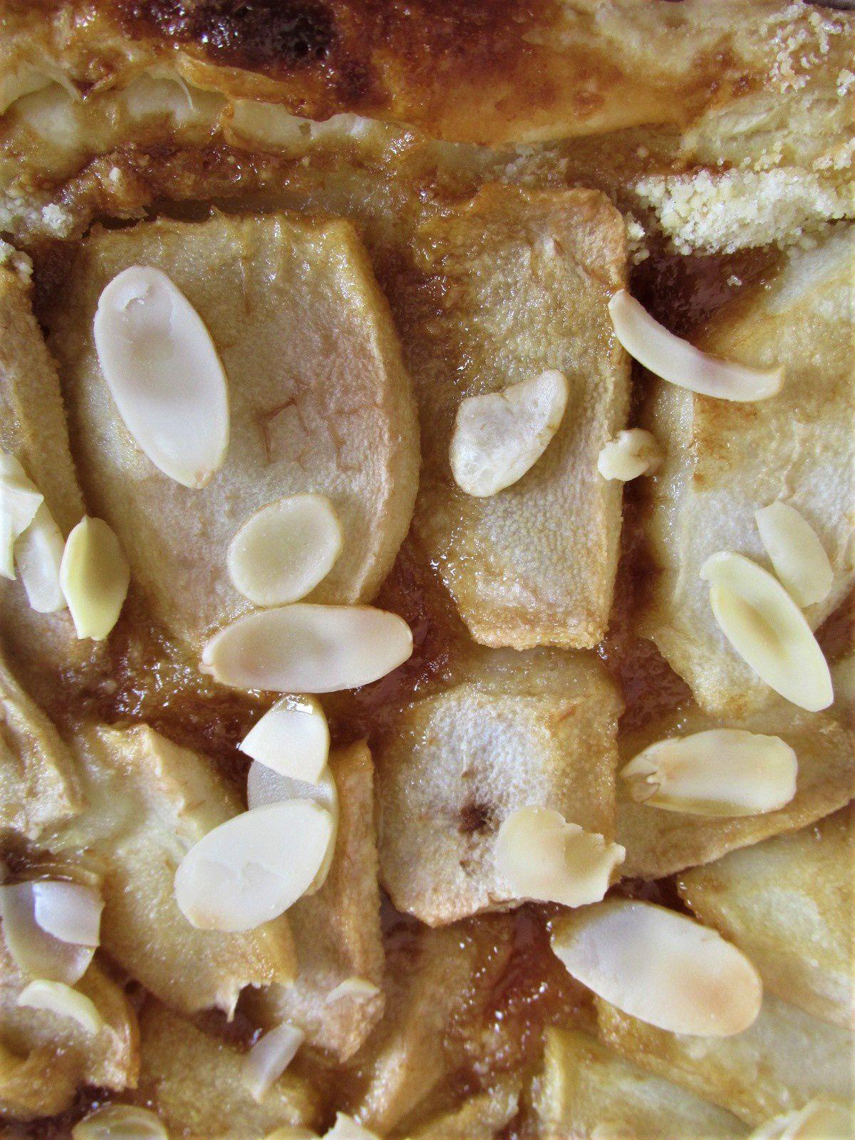 ~ Poire, amandes effilées, coulis de caramel salé ~