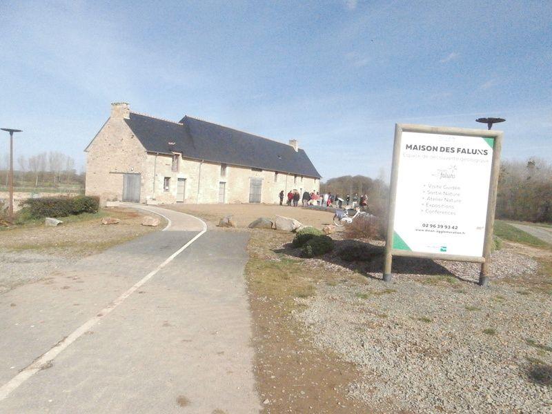 Devant la Maison des Faluns à Tréfumel, 35 personnes sont réunies samedi après-midi.