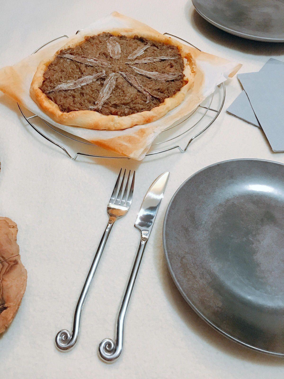 Les couverts et assiettes viennent de Sud Intérieur à Cap 3000