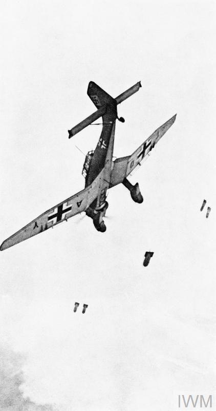 Une image très connue montrant un Junkers Ju 87 B en train de larguer ses bombes durant un piqué (© IWM GER 18)