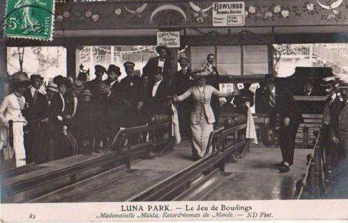 Le Luna Park de Paris, avec Mademoiselle Maïda, recordwoman du monde.