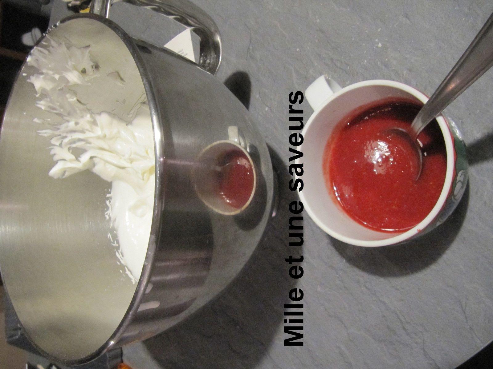 Entremet mangue, passion, fraise