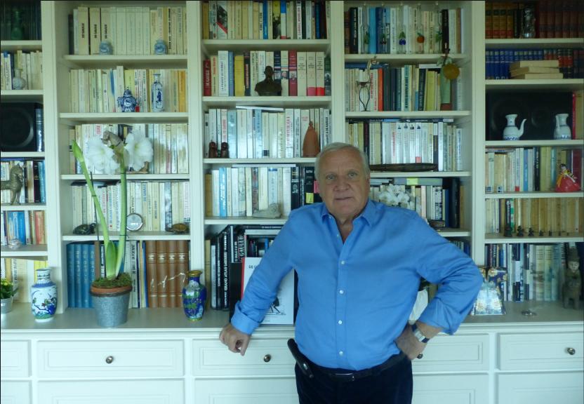 Alain Gournac, devant sa bibliothèque composée d'ouvrages consacrés au général de Gaulle