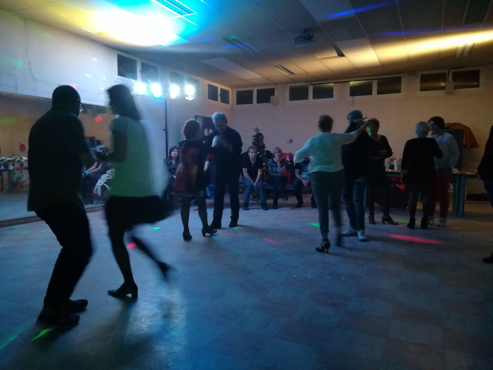 1ère soirée SBK : Salsa Bachata Kizomba. Une réussite !!! Nombreux sont venus malgré la météo peu clémente du moment. Les rythmes latinos mettent toujours du soleil dans nos coeurs et donnent envie de se dégourdir les jambes.