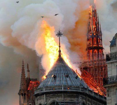 Prier pour Notre-Dame de Paris avec Marie.