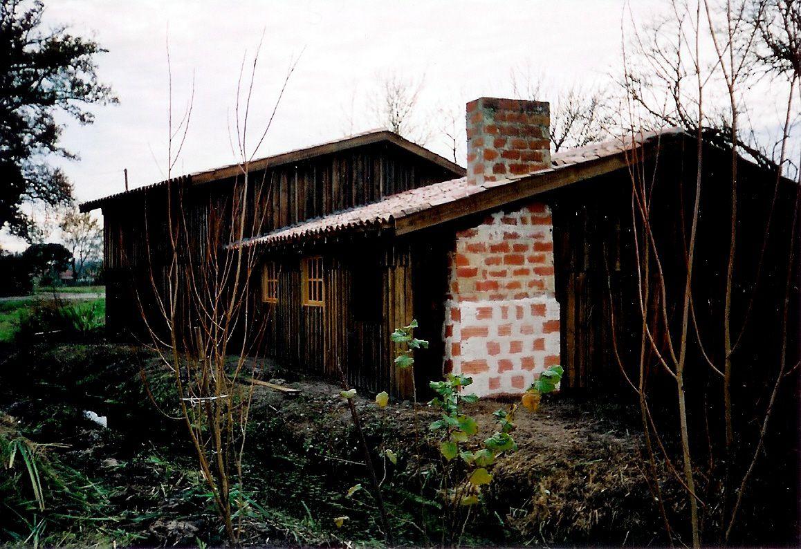 notre cabane et sa cheminée de brique