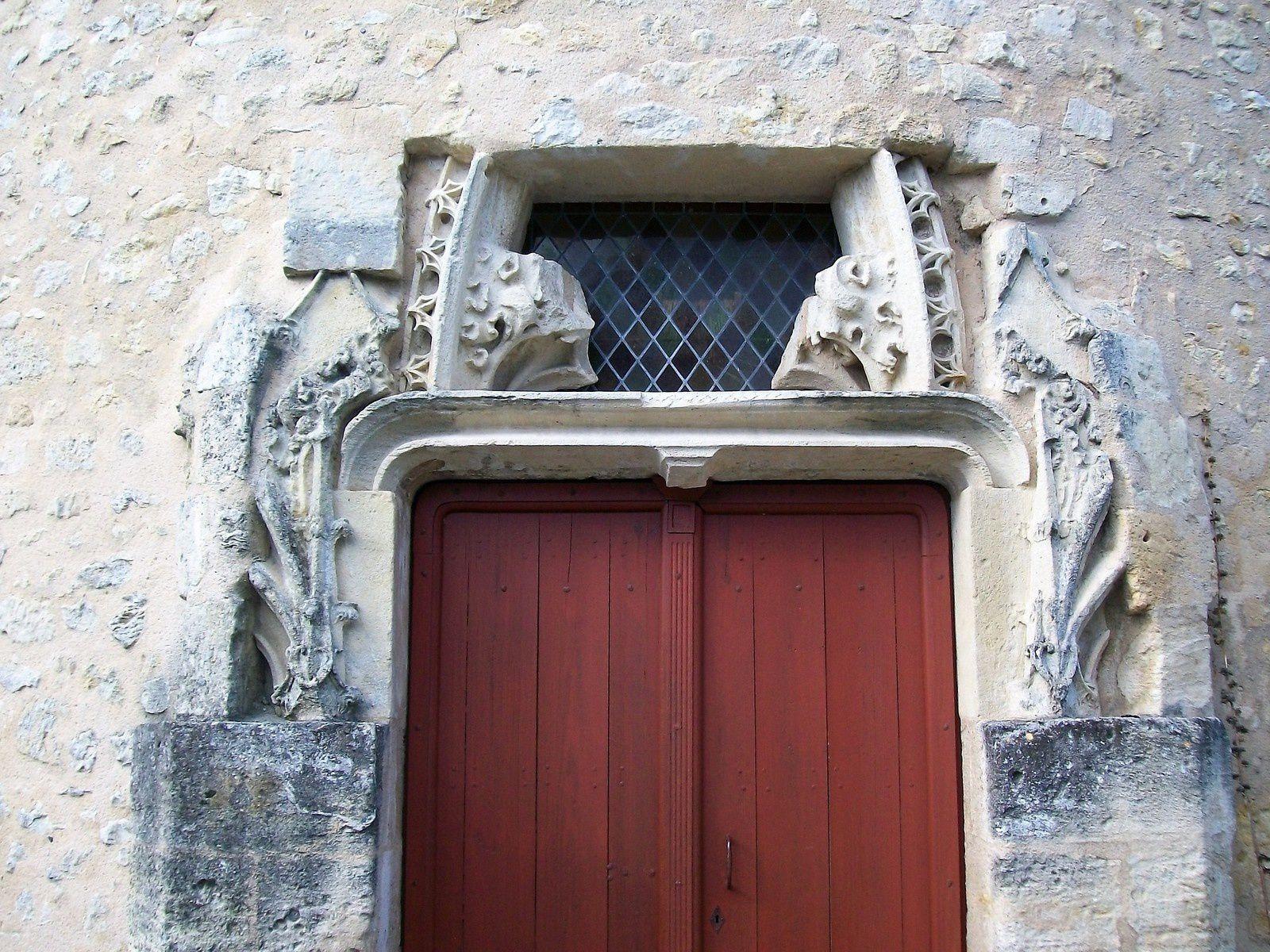 la porte gothique du pigeonnier se laisse admirer en gardant encore son secret:pourquoi et quand a-t-elle été mise en place?