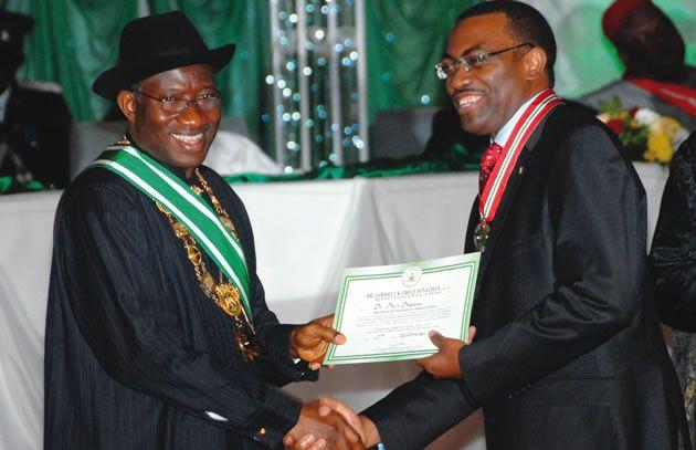 Akinwumi Adesina, nuevo presidente del Banco Africano de Desarrollo recibiendo un diploma de manos del ex presidente President Goodluck Jonathan.