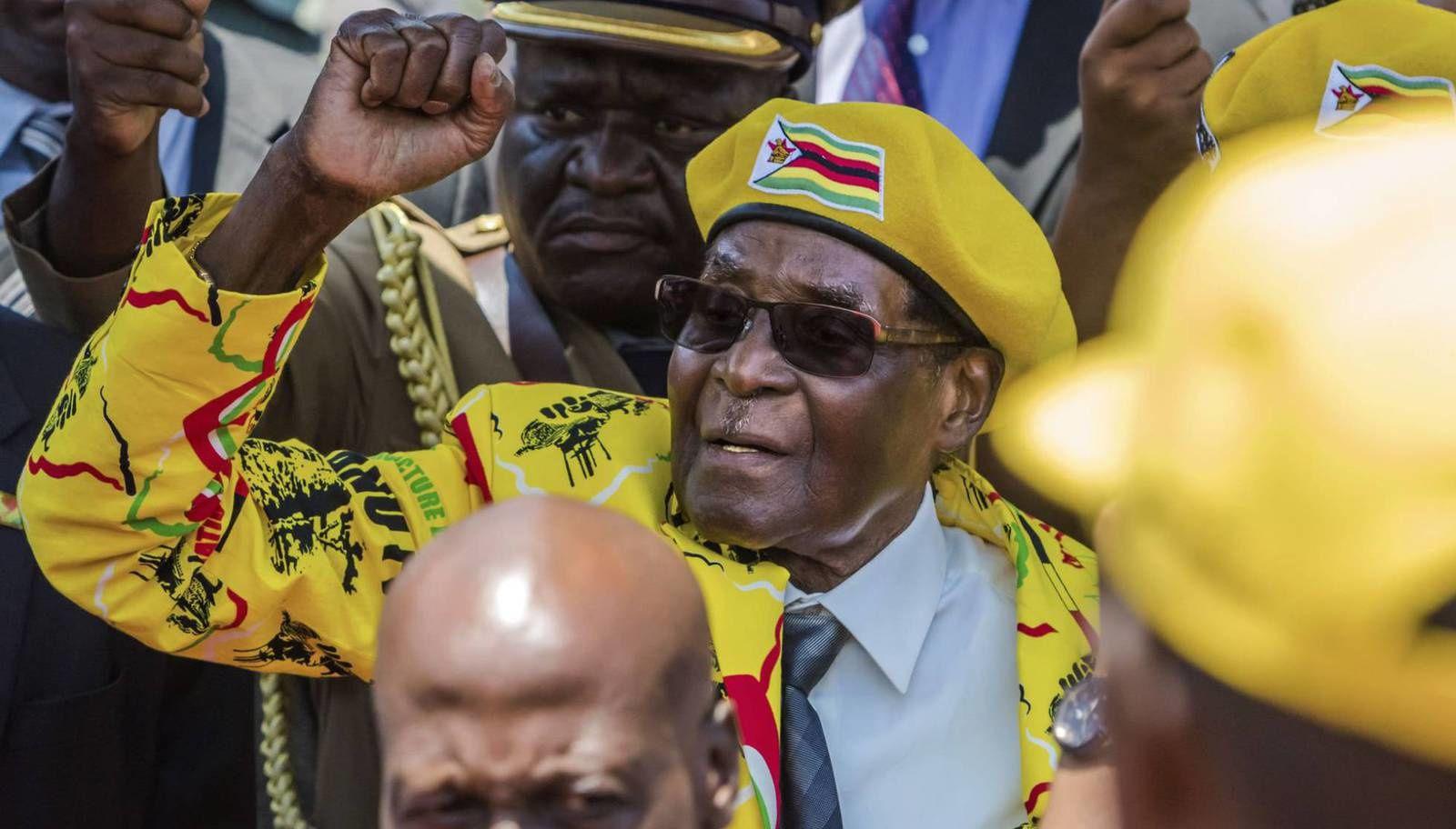 El dinosario de Harare, Robertihno Mugabe, en la cuerda floja: El Ejército interviene en Zimbabue en medio de una crisis en el Gobierno.