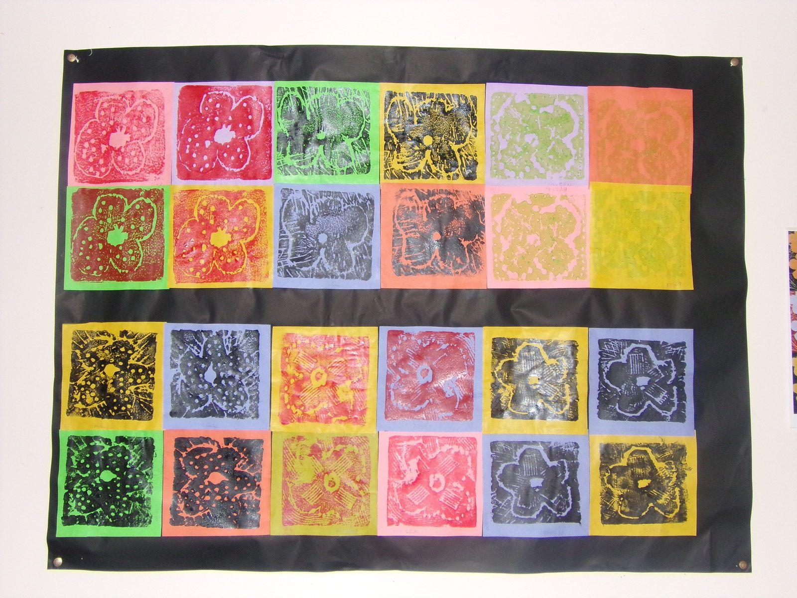 Impression des motifs gravés sur des petits carrés de papier blanc. Au préalable, les enfants ont enduit la plaque de polystyrène avec de la peinture acrylique, ils posent le papier dessus, puis frottent avec le plat de la main pour bien imprimer le motif.