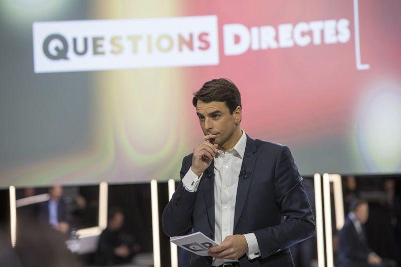 """Julian Bugier dans """"Questions directes"""" (Crédit photo : Gilles Scarella / FTV)"""
