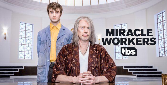 La série inédite Miracle Workers avec Daniel Radcliffe et Steve Buscemi diffusée dès le 30 mars sur Warner TV (vidéo)