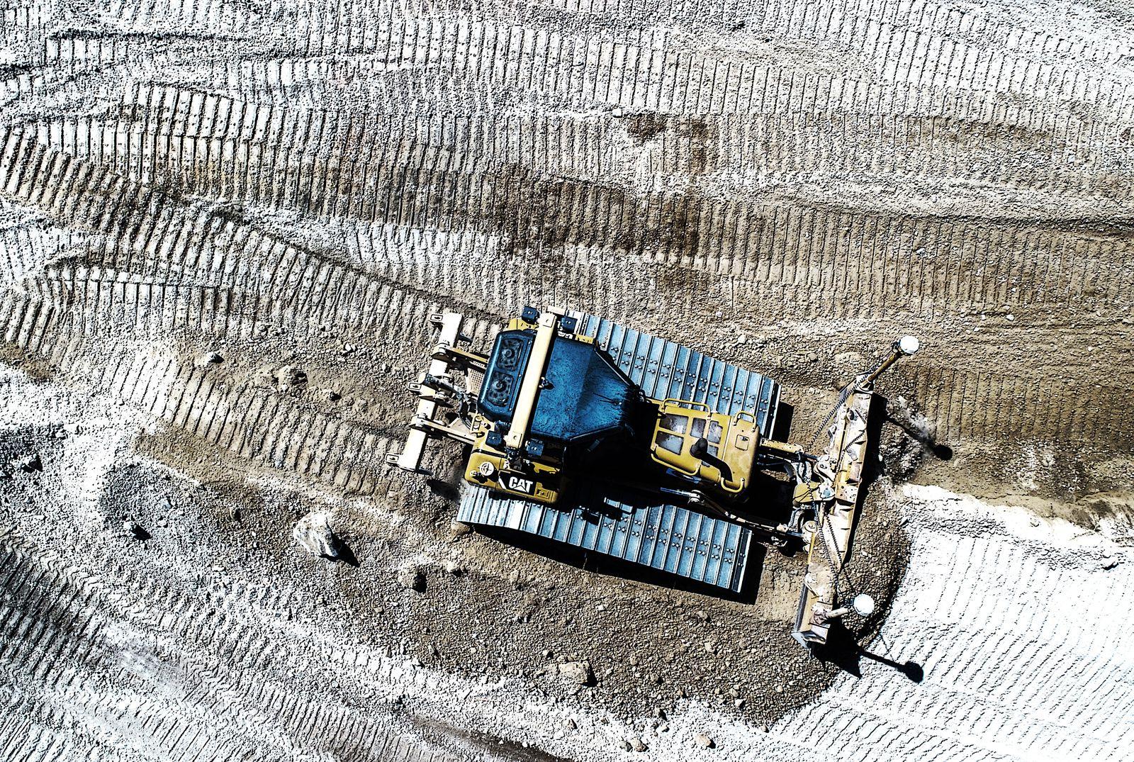 Un engin de terrassement en action sur chantier à Tourlaville. Photo aérienne François Monier, juin 2017
