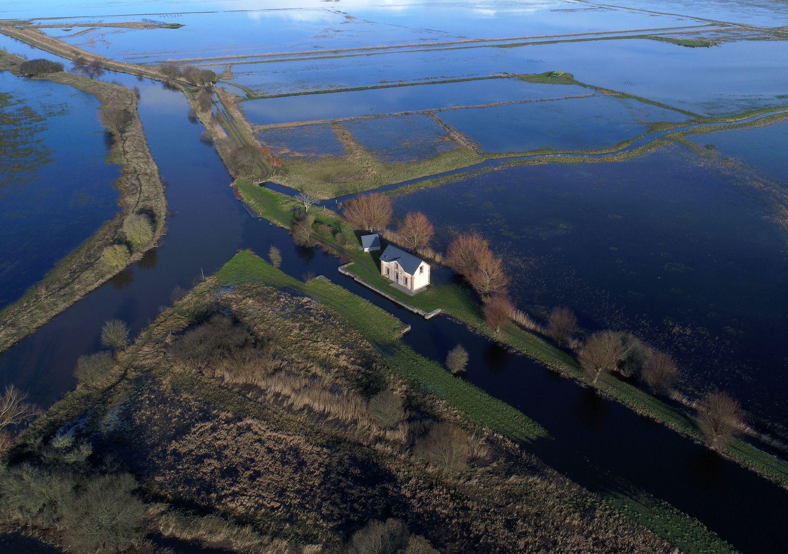 Ancienne maison d'éclusier au coeur des marais de Carentan. Photo aérienne François Monier, décembre 2017