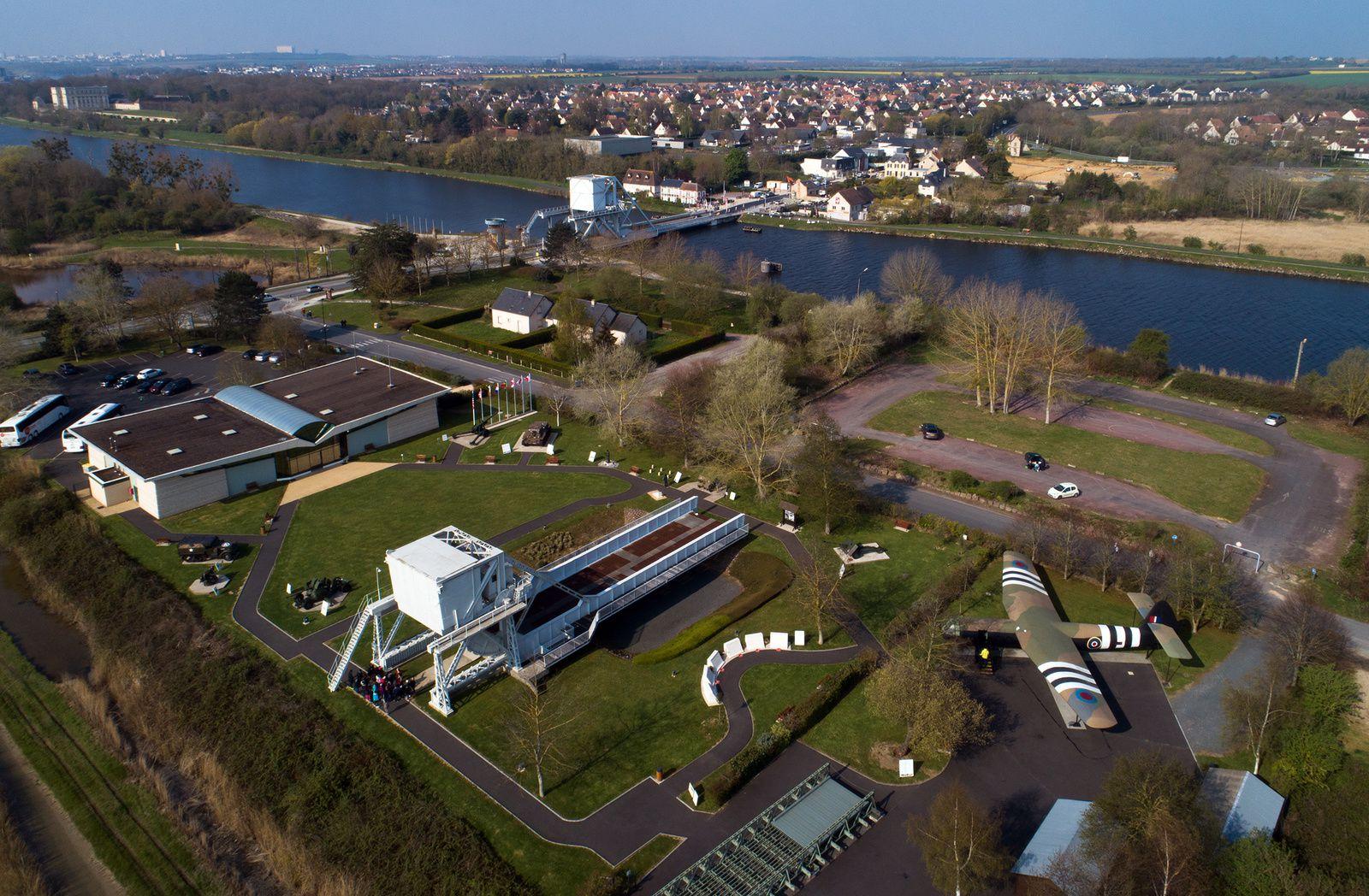 L'original du Pont de Pegasus est exposé au Musée du même nom, à quelques pas de sa copie conforme qui l'a remplacé sur le canal de Caen en 1993. Photo aérienne François Monier, avril 2019