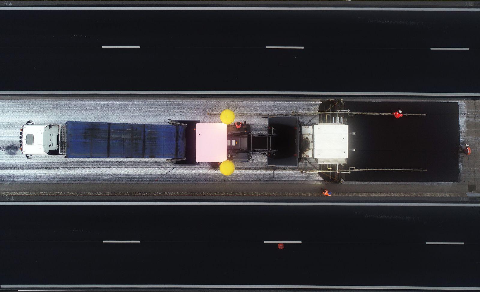 Pose d'enrobé de nuit sur l'autoroute A84 entre Argentan et Sées, réalisation Eurovia. Photo aérienne François Monier, mai 2019