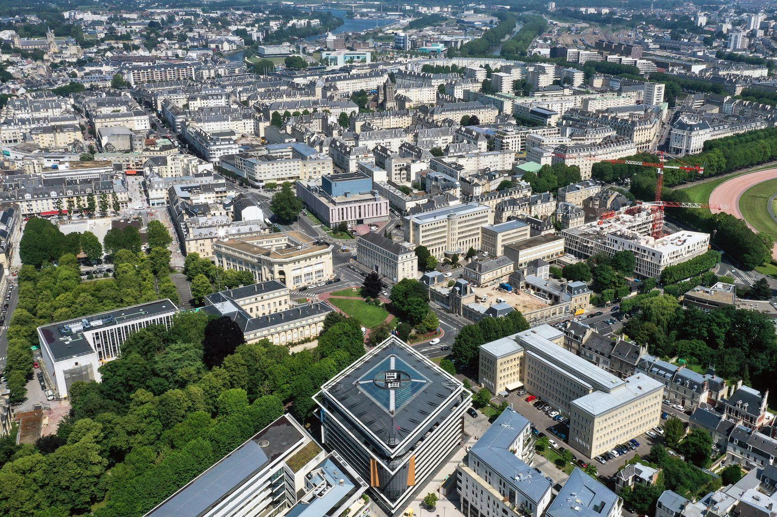 Le Tribunal de Caen cité Gardin, comme une boussole orientée vers le centre ville de Caen. Photo aérienne François Monier, juin 2019