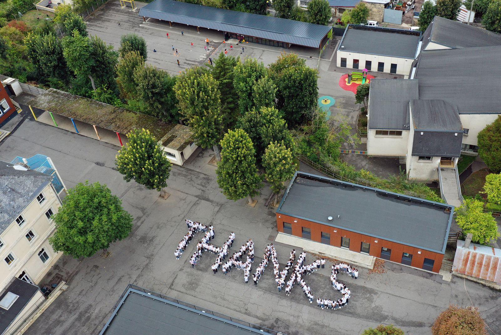 Les élèves du Sacré Coeur à Caen rendent hommage à leur manière aux vétérans anglais venus leur rendre visite à l'occasion du 75e anniversaire du débarquement. Photo aérienne François Monier, octobre 2019