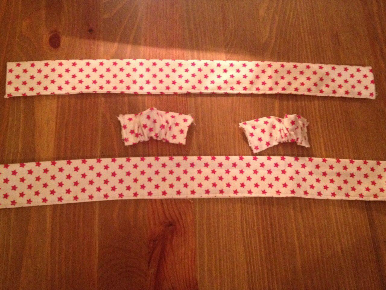 5) pour le petit bout de tissu : insérer l'un des morceaux d'élastiques auquel est attaché l'épingle à nourrice. Coudre l'extrémité de l'élastique au bord du tissu. Puis, rattraper l'autre extrémité de l'élastique grâce à l'épingle à nourrice, la sortir et la positionner à l'autre extrémité du morceau de tissu après avoir retirer l'épingle et coudre bord à bord. Le tissu sera tout froncé.