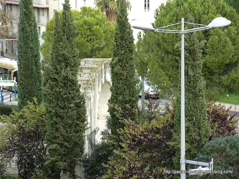 Une porte antique en contrebas