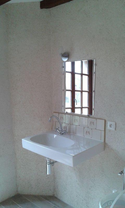 Pose des porte de douche, avec aussi un peu de faïence à l'ancienne et miroir et éclairage muraux..