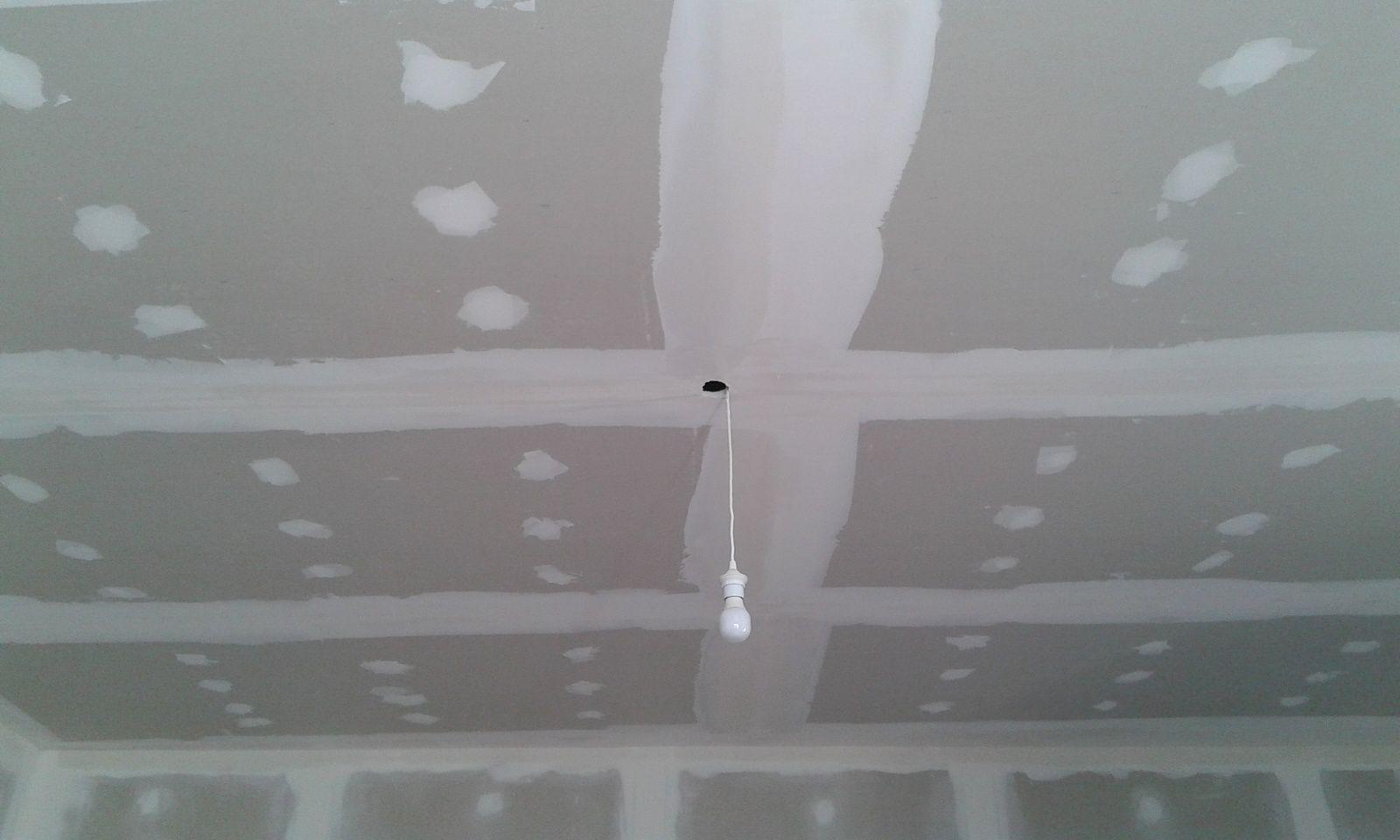 UN traitement de joint c'est fait ensuite, ponçage des bandes et sous-couche spéciale plaque de plâtre. pas de photo montrant aux murs ext une isolation de 100 mm mais il y en a bien une.