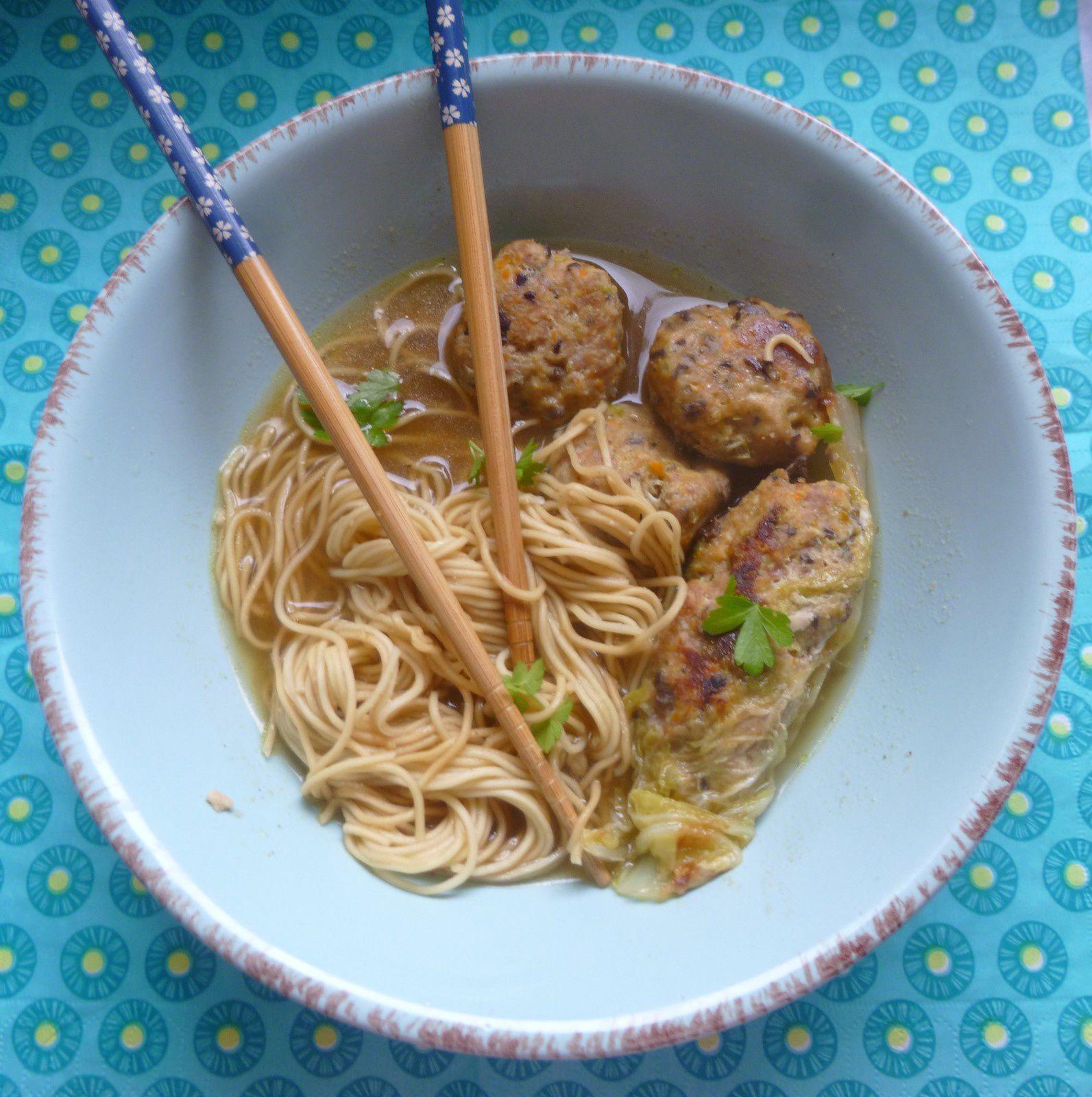 boulettes viande et légumes asiatiques dans un bouillon tout simple