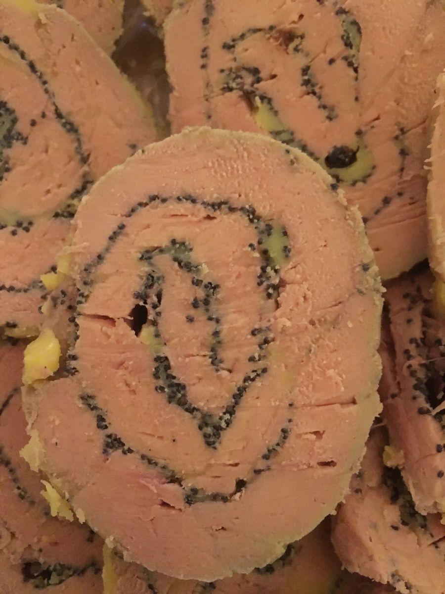 bûche de foie gras roulé,graines de pavot et baies roses