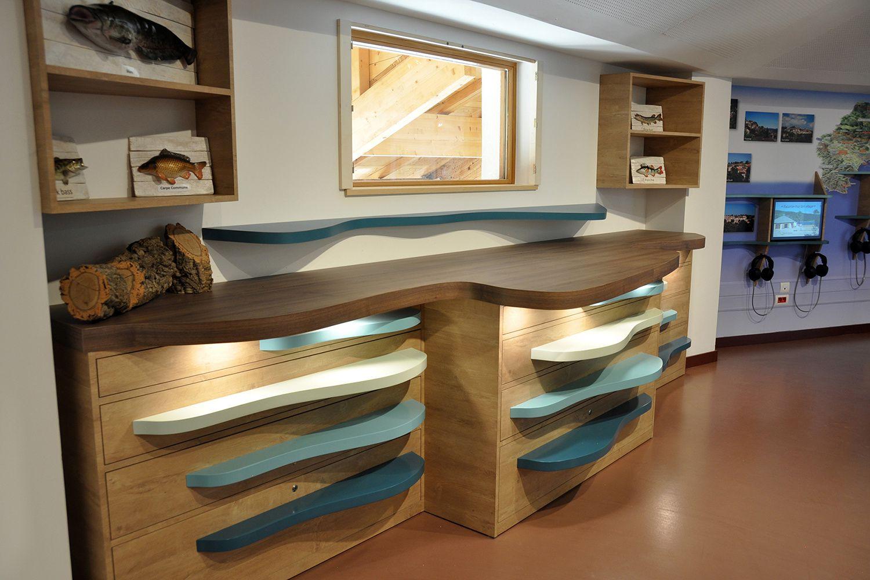 La curiosité est en éveil avec ce cabinet où chaque tiroir renferme une surprise. Ce mobilier permet d'accueillir des objets, et de présenter des thématiques de façon vivante souple et évolutive