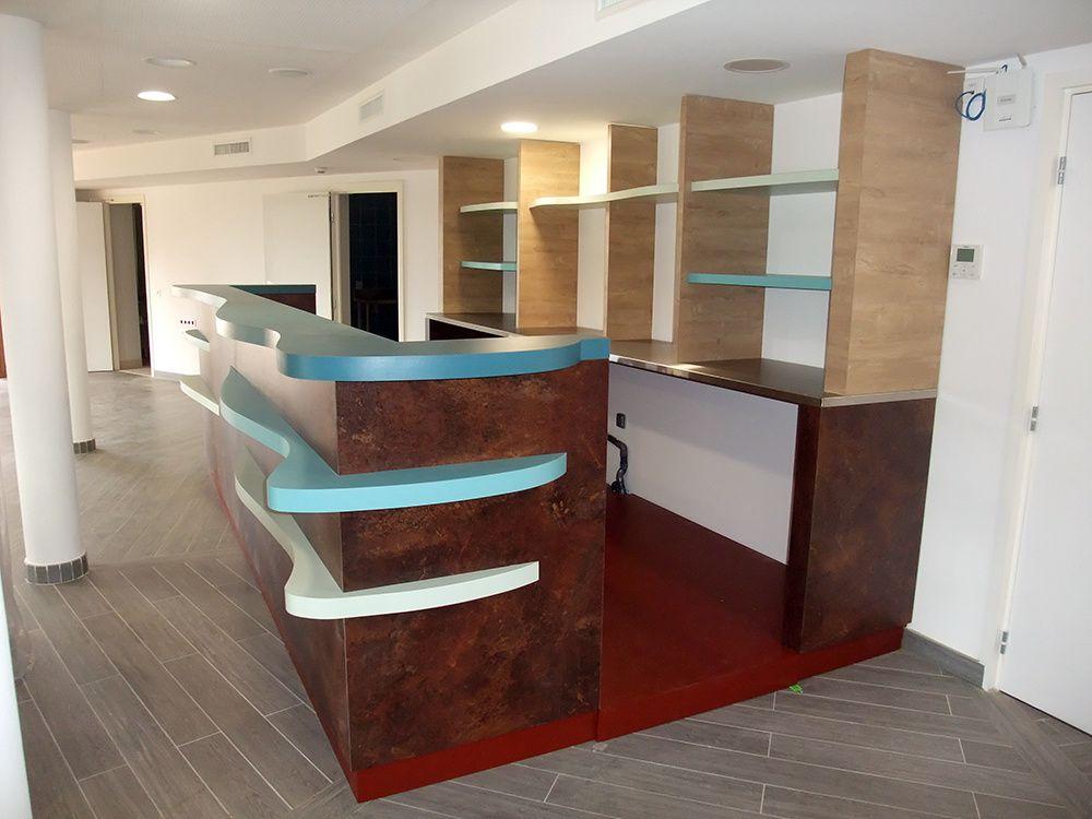 """Menuiserie terminée avant équipement - La finition """"Ceramic rouille"""" et les ailettes de couleur turquoise sont coordonnées au mobilier de toute la Maison du Lac de Saint-Cassien"""