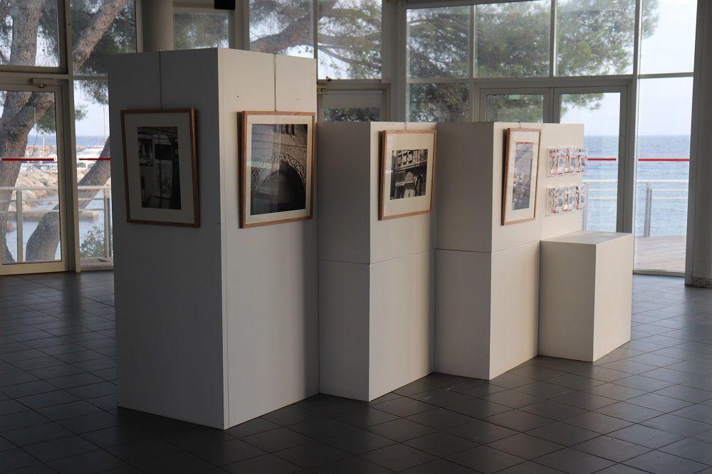 Montage de l'exposition Michel Eisenlohr et Yves Hayat à la salle de la Batterie - Les Issambres