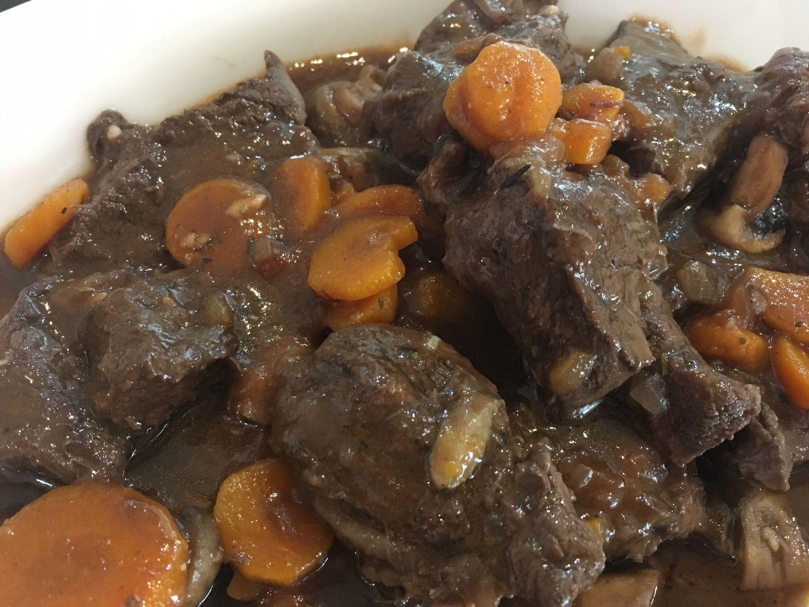 Comme tout bœuf Bourguignon, le secret c'est d'avoir de la patience : la préparation mijote gentillement pendant 4 heures... C'est un plat qui se mérite !
