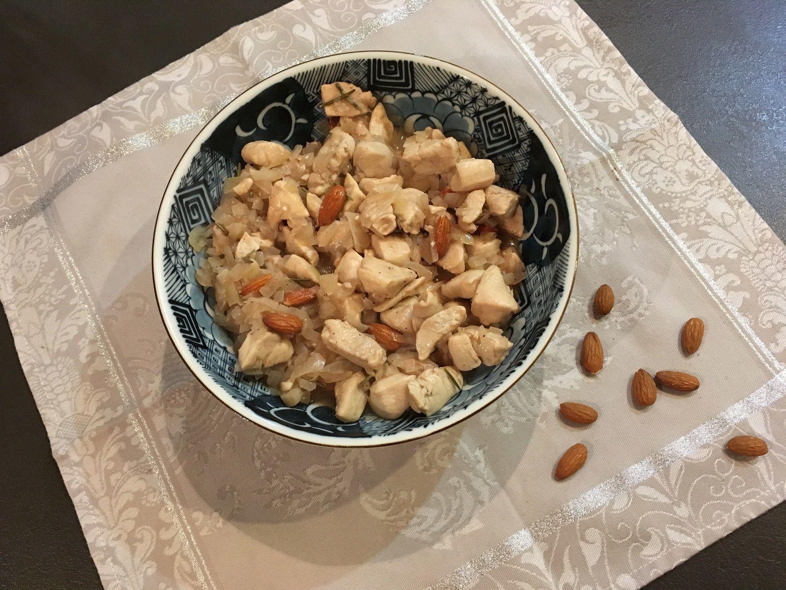 Sauté de poulet au vinaigre, amandes et romarin