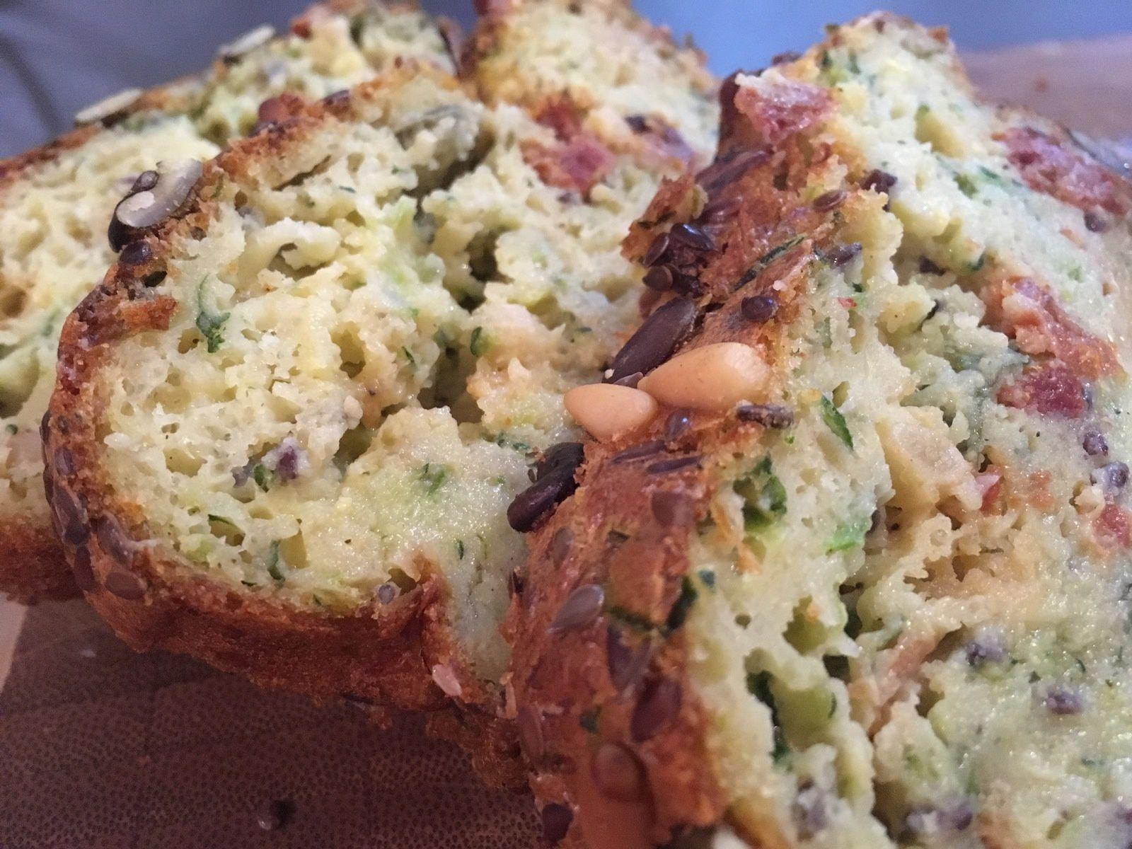 Le cake peut sembler un peu humide mais pas d'inquiétude, il est assez cuit et tout simplement délicieux !
