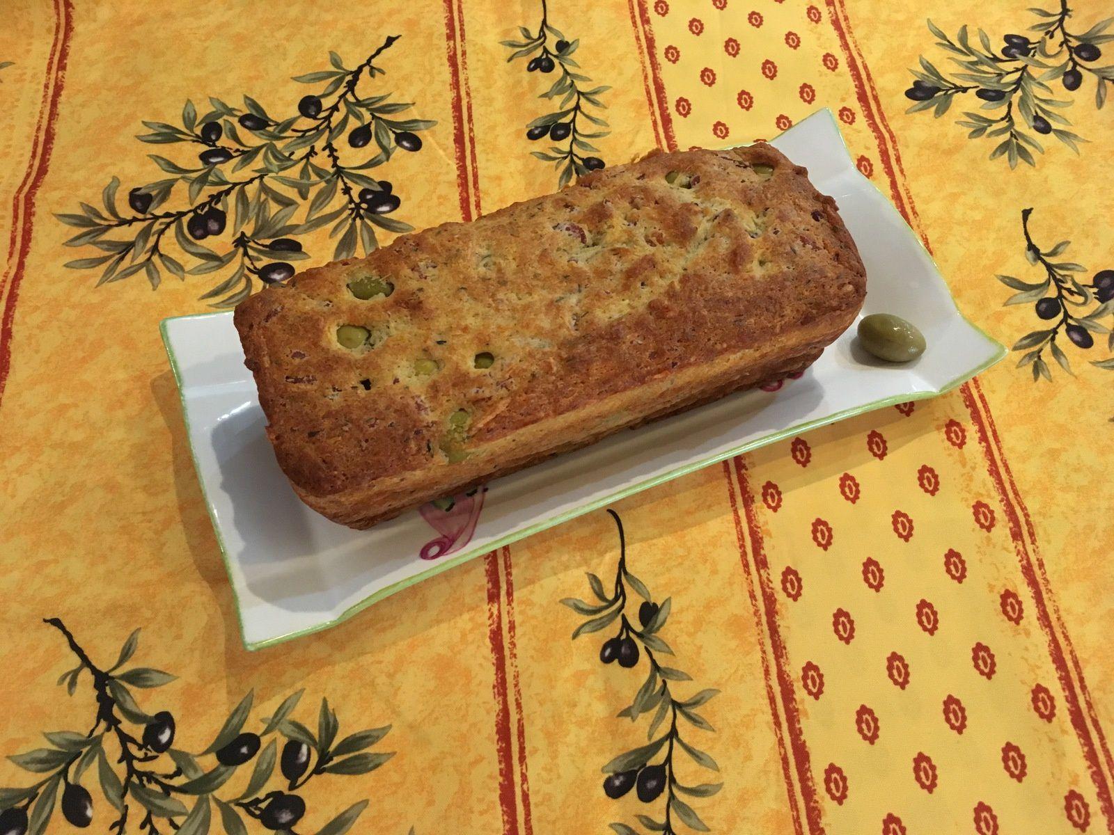Cake aux olives, lardons, parmesan et thym