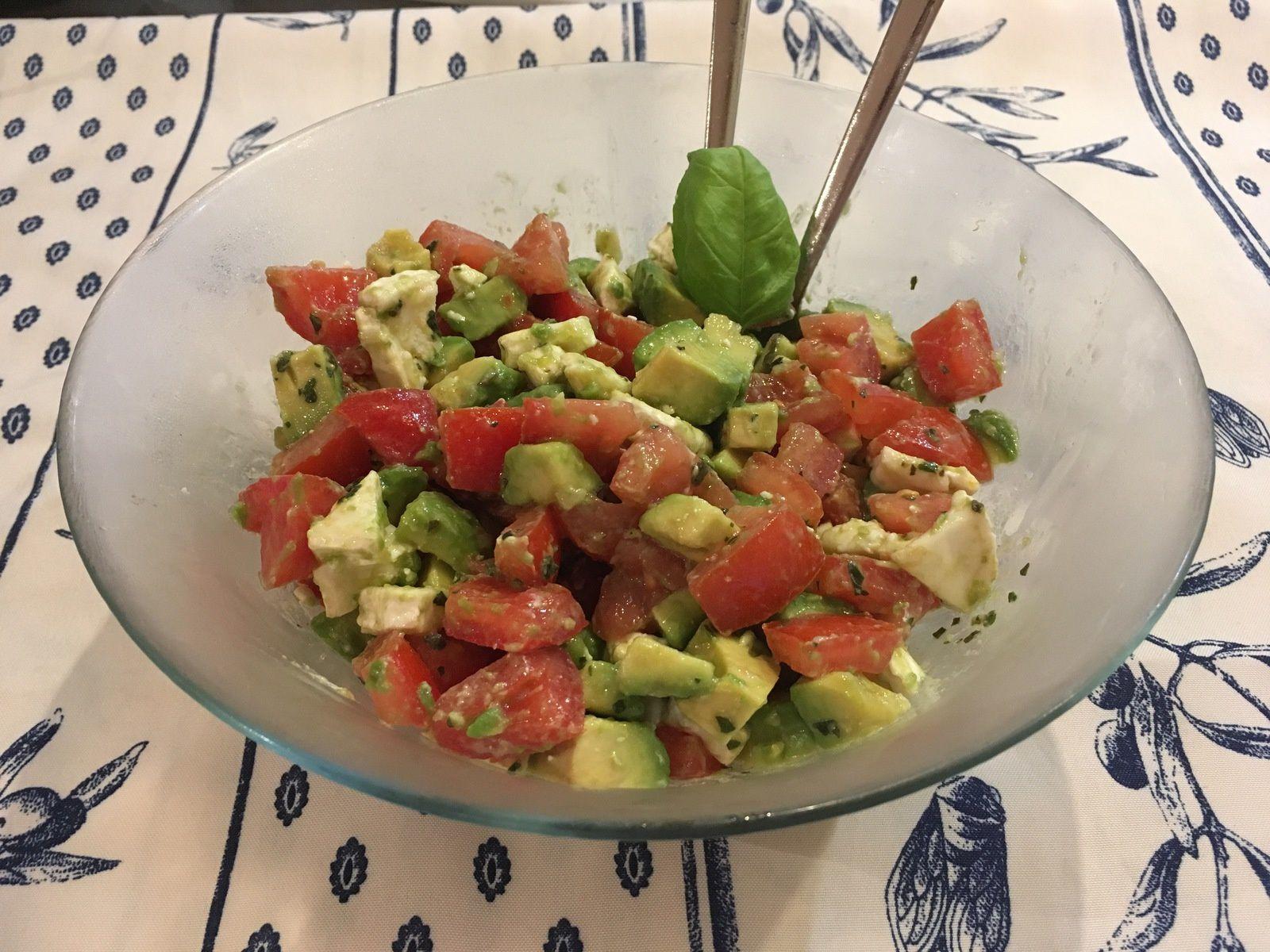 Salade de tomate, chèvre et avocat