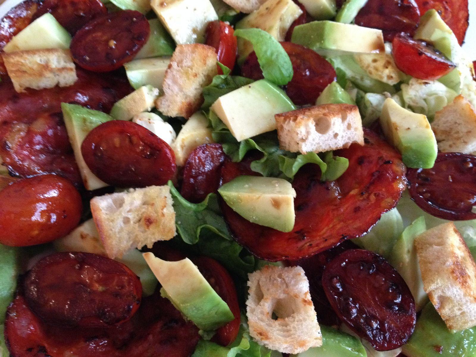 Salade de tomates, avocats et chorizo