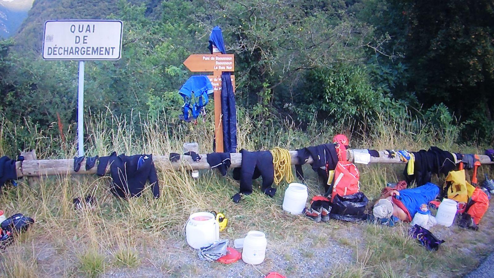 un groupe de réfugiés qui tentent de passer la frontière franco italienne ? Non des canyoneurs épuisés par 2 jours de Bendola ....